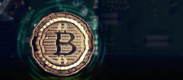 Glitch effect van Gouden metaalbitcoins met 01 binaire gegevensdigi Stock Afbeeldingen