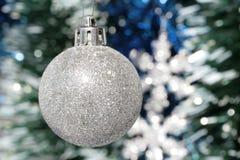 glitter för silver för bolljulgarnering Arkivfoton