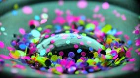 Glitter som exploderar in i en regnbåge av färghögtalaredelen Musiköglasbakgrund stock video