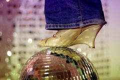 Glitterball y zapato Imágenes de archivo libres de regalías