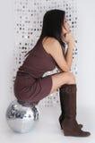 glitterballjapanen sitter kvinnan fotografering för bildbyråer