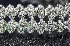 Glittery biżuterii bransoletka na czarnym tle z odbiciami zdjęcia stock