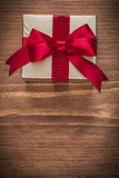 Glittery Gold-giftbox auf Kopienraum des hölzernen Brettes der Weinlese Stockfoto