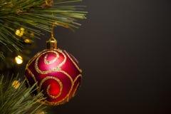 Glittery röd och guld- prydnad för julträd Arkivbild