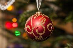 Glittery röd prydnad för julträd med guld- band Royaltyfria Foton