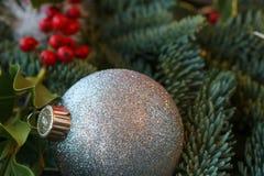 Glittery Weihnachtsverzierung und Feiertagsgrün Stockfotos