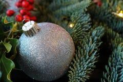 Glittery Weihnachtsverzierung und Feiertagsgrün Lizenzfreie Stockfotos