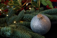 Glittery Weihnachtsverzierung und Feiertagsgrün Stockfoto