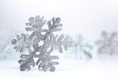 Glitterysneeuwvlokken op Witte Achtergrond royalty-vrije stock fotografie