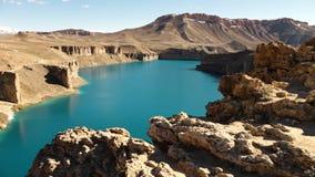 Glittra det blåa mineraliska sjö- och ökenberget arkivfilmer