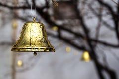 Glitzernde goldene Bell mit Wasser-Tau auf ihm lizenzfreies stockbild
