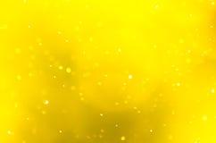 Glitzernde Tropfen von Spray Sonnenaufgang verwischten Hintergrund des Gelbs Stockfotografie
