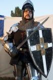 Glitzernder Ritter, der Schild und Klinge hält Stockbild