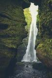 Gljufrabui vattenfall & x28; Iceland& x29; dolt i grotta i sommar royaltyfri fotografi