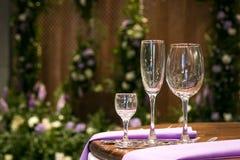 Gllasses för vin i berömtabell Arkivfoton