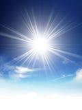 Glänzende Sonne am klaren blauen Himmel mit Kopienraum Stockfotografie