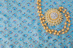 glänzender Goldschmuck auf Eleganzgewebe Lizenzfreie Stockfotos