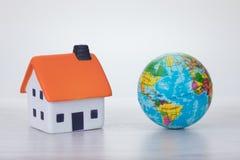 Globaal het verwarmen concept met een ecohuis Royalty-vrije Stock Fotografie