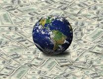 Globaal zit op Dollarbankbiljet Stock Foto