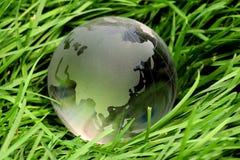 Global de cristal na grama imagem de stock royalty free