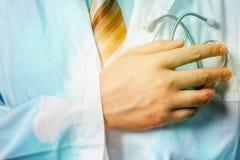 Global sjukvård och medicin för begrepp Handen för doktors` s når ut till hjärta bak stetoskopet royaltyfri fotografi