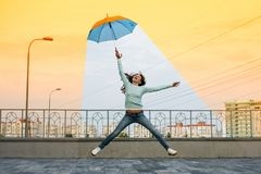 Global uppvärmningflickan som rymmer ett paraply, är i en bekväm clim Royaltyfria Bilder