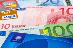 Globala blått-, visum- och MasterCard kreditkortar på eurosedlar Royaltyfri Fotografi