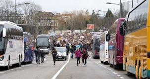 Globale bewegingsvrijdagen voor Toekomst opgeheven mening meer dan duizenden mensen stock video
