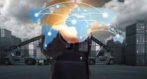 Globale de wereldkaart van de netwerkdekking op hand van zakenman Stock Fotografie