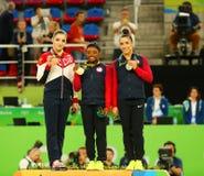 Globale gymnastiekwinnaars in Rio 2016 Olympische Spelen Aliya Mustafina L, Simone Biles en Aly Raisman tijdens medailleceremonie Stock Foto's