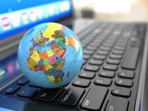 Globale mededelingen. Aarde op laptop ceyboard. royalty-vrije stock foto