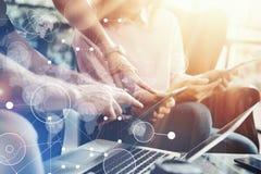 Globale Verbindungs-virtuelle Ikonen-Diagramm-Schnittstellen-Marktforschung Junge Mitarbeiter Team Analyze Meeting Report Electro lizenzfreie stockfotografie