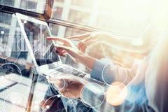 Globale Verbindungs-virtuelles Ikonen-Diagramm-Schnittstellen-Marketing, das Prozess erforscht Die Mitarbeiter der Frau, die groß Stockfotos