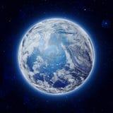 Globale Welt im Raum, blaue Planeten-Erde mit einigen Wolken und Sterne im bewölkten Himmel Lizenzfreie Stockfotos