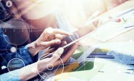 Globale Zeit-Linie virtuelles Ikonen-Diagramm-Schnittstellen-Marketing, das Prozess erforscht Geschäftsleute verschiedene Geistes Stockbild