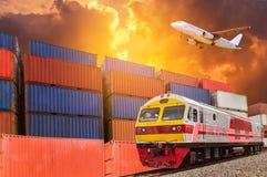 Globales Geschäft mit Handelsfrachtgüterzug- und -behälterfrachtstapel am Dock während des Transportflugzeugs, das oben auf sunse stockfoto