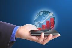 Globales Geschäft, das mit intelligentem Telefon des Griffs wächst Stockfotografie