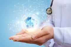 Globales medizinisches Netz in den Händen Stockfotografie