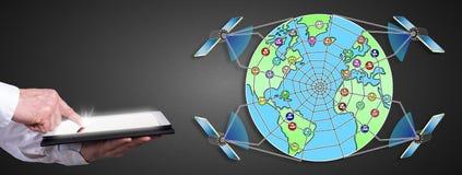 Globales Netznetzkonzept mit dem Mann, der eine Tablette verwendet Lizenzfreie Stockfotografie