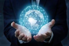 Globales Netzwerk in den Händen eines Geschäftsmannes Stockfotos