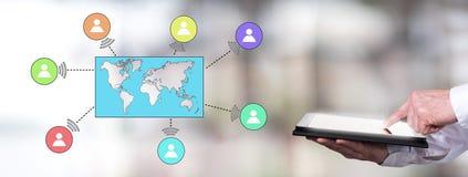 Globales Verbindungskonzept mit dem Mann, der eine Tablette verwendet Lizenzfreies Stockfoto