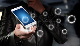 Globalisering eller socialt nätverksbegrepp med nya generationen av mobiltelefonen Royaltyfri Bild