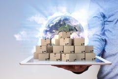 Globalización del Tablet PC de la mano del hombre Imágenes de archivo libres de regalías
