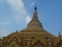 Globalna Vipasanna pagodowa świątynia z jasnym niebieskiego nieba tłem Fotografia Stock