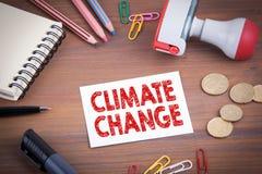 globalne ocieplenie Drewniany biurowy biurko z materiały, pieniądze i nutowym ochraniaczem, Obraz Stock