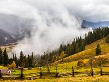 globalne ocieplenie duże krajobrazowe halne góry Chmury i mgła Zdjęcia Royalty Free