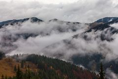 globalne ocieplenie duże krajobrazowe halne góry Chmury i mgła Fotografia Royalty Free