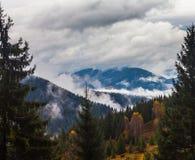 globalne ocieplenie duże krajobrazowe halne góry Chmury i mgła Zdjęcia Stock