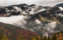 globalne ocieplenie duże krajobrazowe halne góry Chmury i mgła Zdjęcie Stock