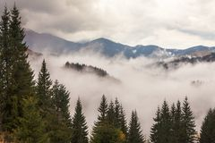 globalne ocieplenie duże krajobrazowe halne góry Chmury i mgła Fotografia Stock